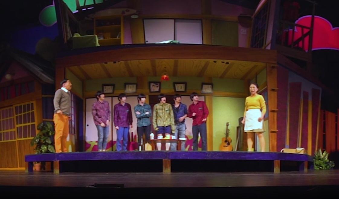 """喜劇『おそ松さん』、6つ子360度トークのVR動画の配信がスタート """"神席""""体験ができる舞台本編VRも イメージ画像"""