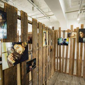 『失恋男子-シツレンバナシ-』アザーカット多数の写真展開催、内装写真が公開 イメージ画像