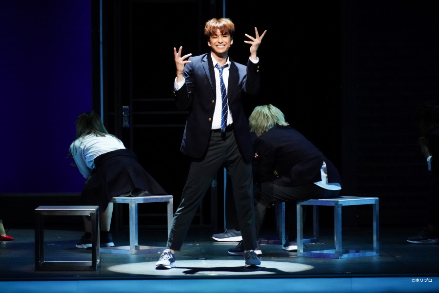 ミュージカル『ジェイミー』舞台写真&キャストコメントが公開、ドラァグクイーンを夢見る高校生の物語 イメージ画像