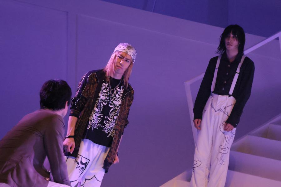 鈴木拡樹&荒牧慶彦W主演「バクマン。」THE STAGEが開幕、水で表現する心情 イメージ画像